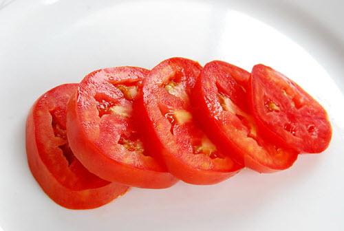 Loại bỏ mụn đầu đen và thu nhỏ lỗ chân lông với cách trị mụn hiệu quả nhanh nhất từ cà chua