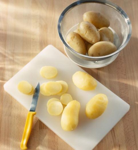 Luộc chín và gọt bỏ vỏ khoai tây