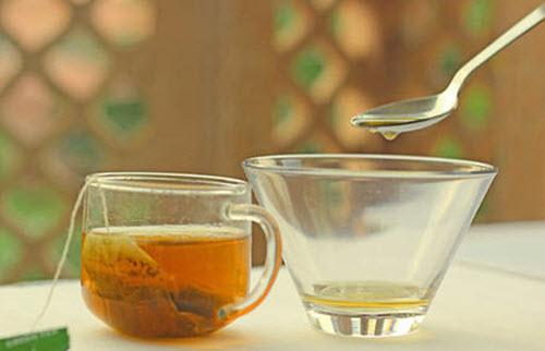 Thêm 2 muỗng cà phê trà xanh vào