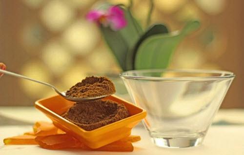 Cho 1 muỗng cà phê bột quế vào 1 cái bát.