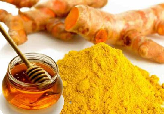 Mật ong và bột nghệ sẽ làm đẹp cho làn da, làm giảm mảng tối và nhược điểm trên da