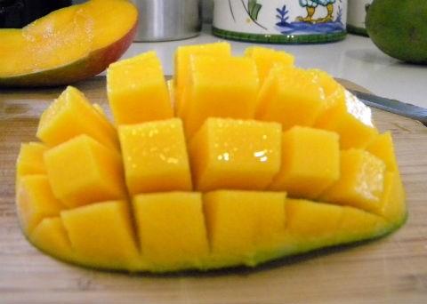 xoài chứa nhiều vitamin C hỗ trợ dưỡng trong kem tắm trắng
