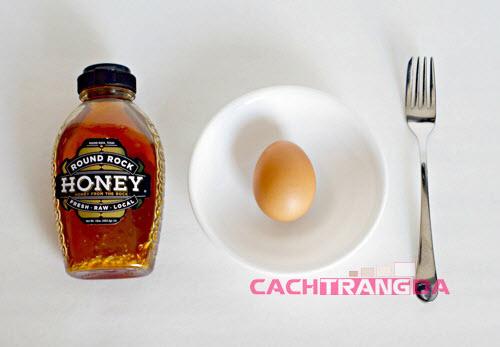 Cách làm trắng da mặt bằng Lòng trắng trứng và mật ong