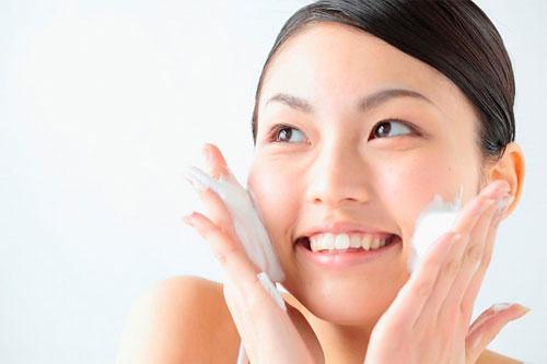 Rửa sạch mặt cũng góp phần đẩy lùi mụn