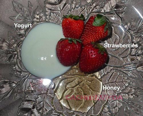 Cách dưỡng trắng da mặt tại nhà từ Sữa chua và Dâu tây