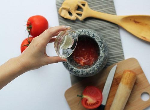 Cách làm đẹp da mặt tự nhiên từ Cà chua và mật ong