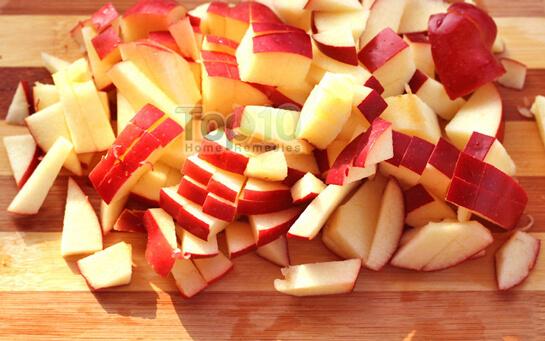 Thái 2 nửa quả táo thành những miếng nhỏ thật đều