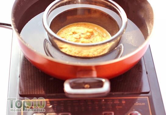 Đặt bát táo vào trong một nồi đầy nước và đun cho nước sôi