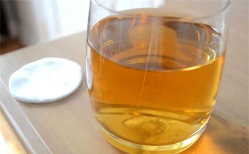 Cách làm trắng da mặt bằng Rượu trắng và nước Chè xanh