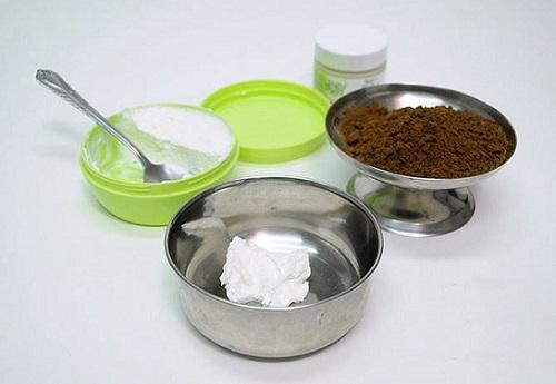 Xúc 1 thìa cà phê sữa tươi bỏ vào cái bát sạch