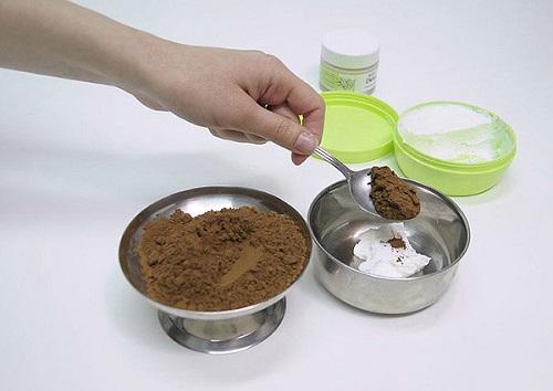 Dùng thìa để xúc khoảng 3 thìa bột sôcôla vào cùng với sữa và kem dưỡng da