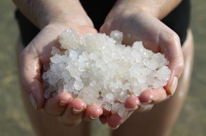 Sử dụng muối biển là cách trị mụn trứng cá đơn giản và hiệu quả nhất