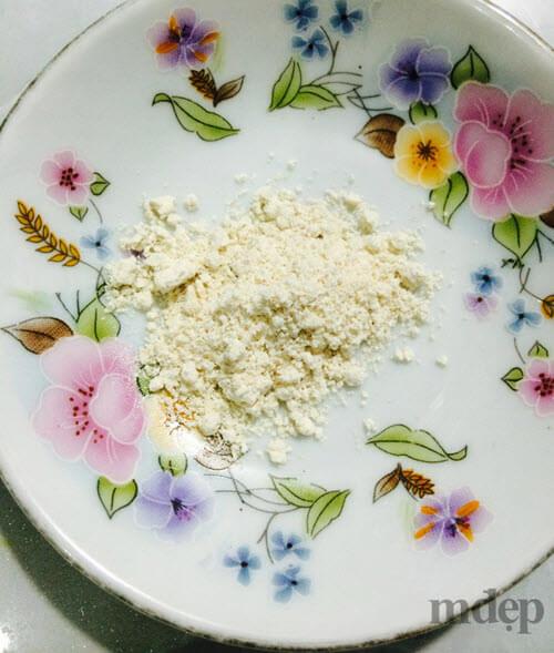 Cho 2 - 3 nhánh tỏi khô vào máy sinh tố xay nhuyễn