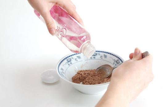 Cách trị nám da từ bột gổ đàn hương và nước hoa hồng