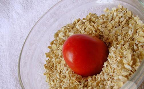 Cách trị nám da mặt lâu năm với Cà chua + bột yến mạch
