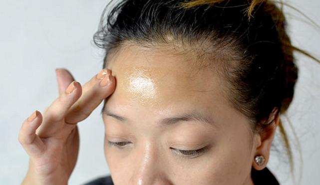 Cách xóa vết nhăn vùng mắt từ dầu dừa